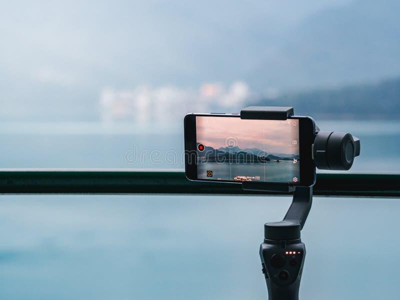 Gimbal stabilizator z telefonem komórkowym bierze timelapse góra zdjęcia royalty free