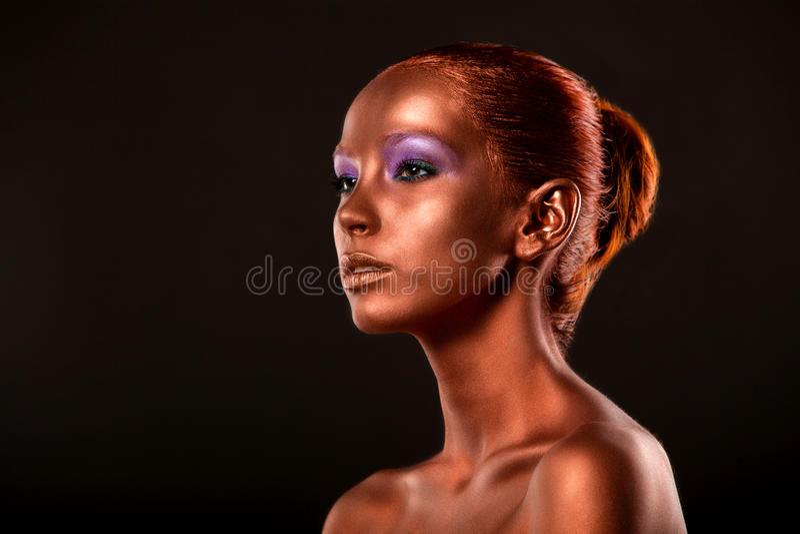 gimbals Złoty kobiety twarzy zbliżenie Futurystyczny Pozłocisty makijaż Malujący skóra brąz obrazy stock