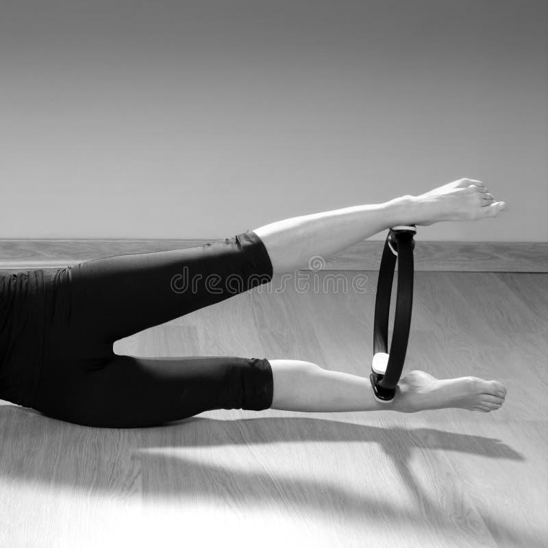 Gimnasia mágica del deporte de los aeróbicos de la mujer del anillo de los pilates imagen de archivo