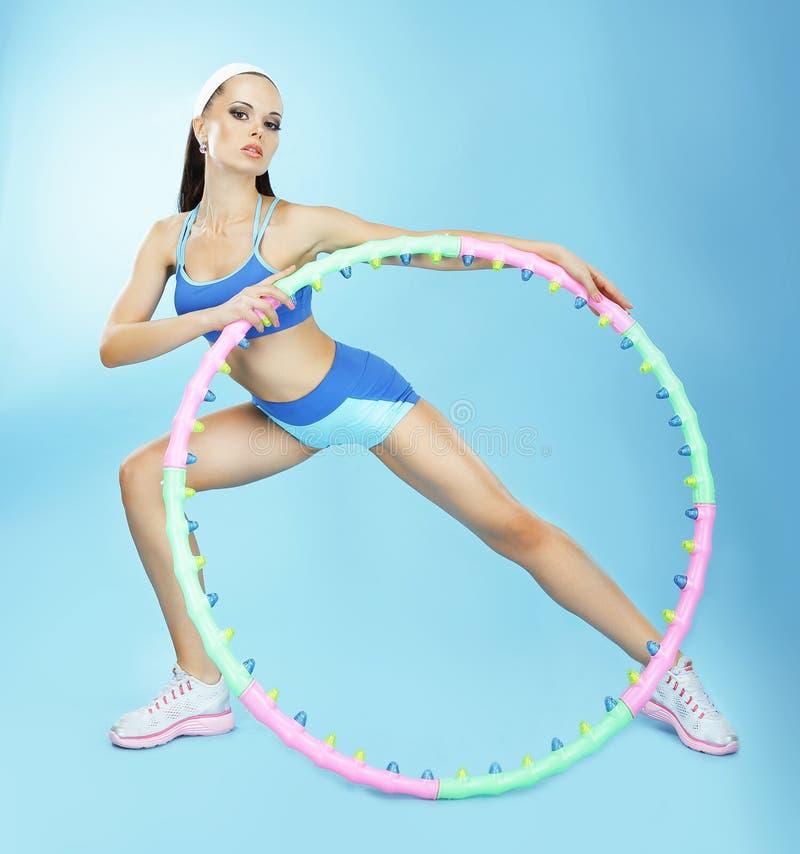 gimnasia Mujer apta con el aro en club de fitness imagenes de archivo