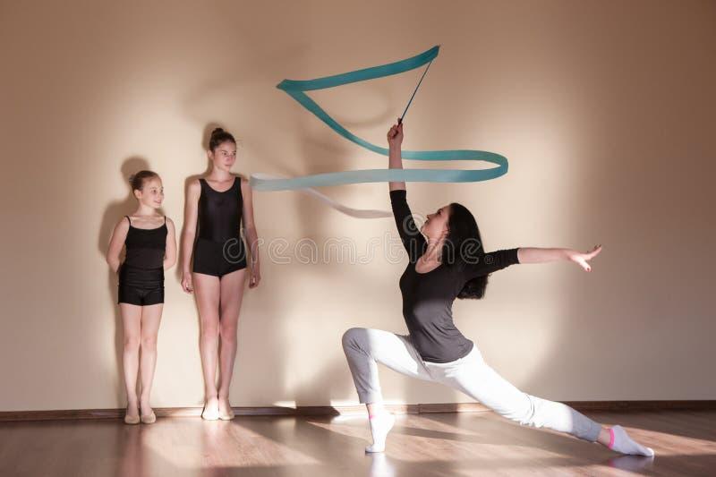 Gimnasia rítmica - icono vectorial coloreado Clase principal del ballet foto de archivo