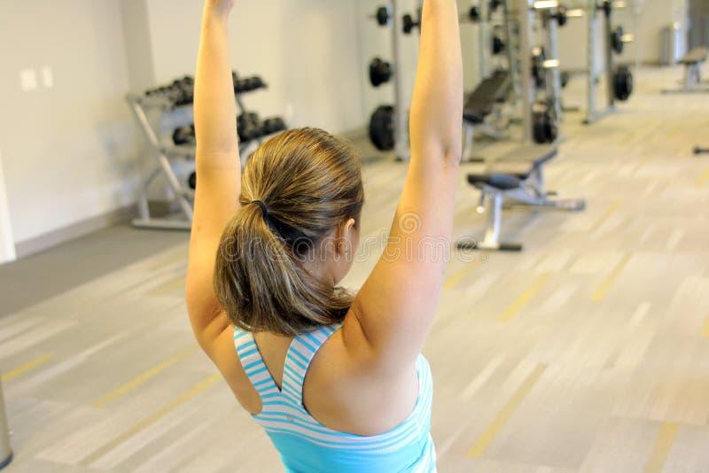 gimnasio que hace aeróbicos, yoga o el calentamiento imagenes de archivo