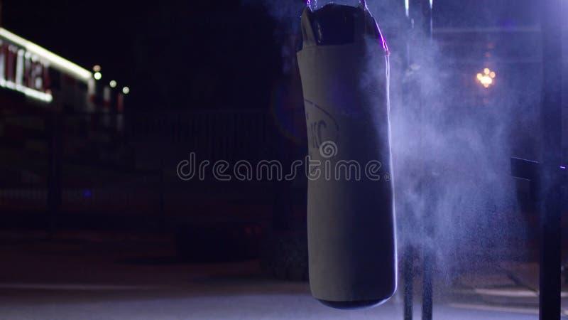 Gimnasio, sacos de arena Sacos de arena en el sitio de boxeo, deporte Saco de arena en la tierra de deportes de la oscuridad foto de archivo