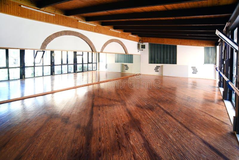 Gimnasio vacío con el piso de madera foto de archivo