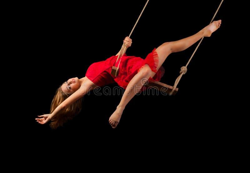 Gimnasta de la mujer joven en cuerda imagenes de archivo