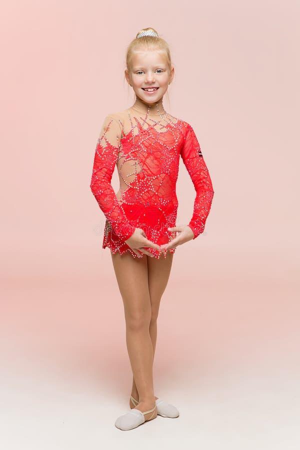 Gimnasta hermoso de la muchacha en leotardo rojo fotos de archivo libres de regalías