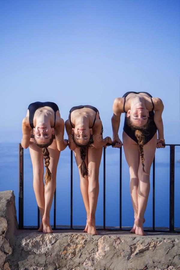 Gimnastas, bailarines al aire libre que estiran fotografía de archivo