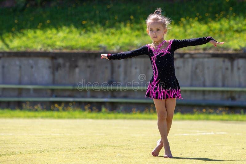 Gimnastyczka portret piękna dziewczyna outdoors Dziecka ` s sporty obrazy stock