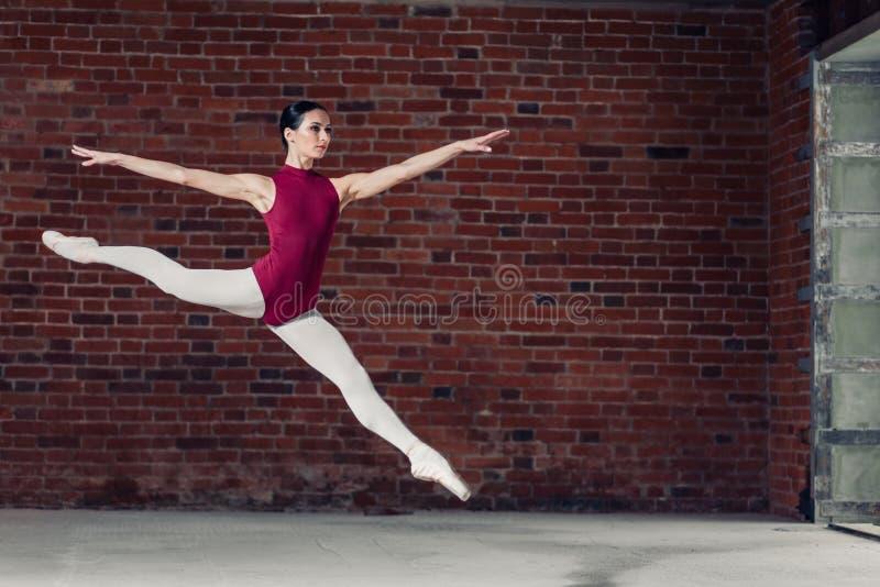 Gimnastyczka robi rozłamowi podczas gdy skaczący obrazy stock