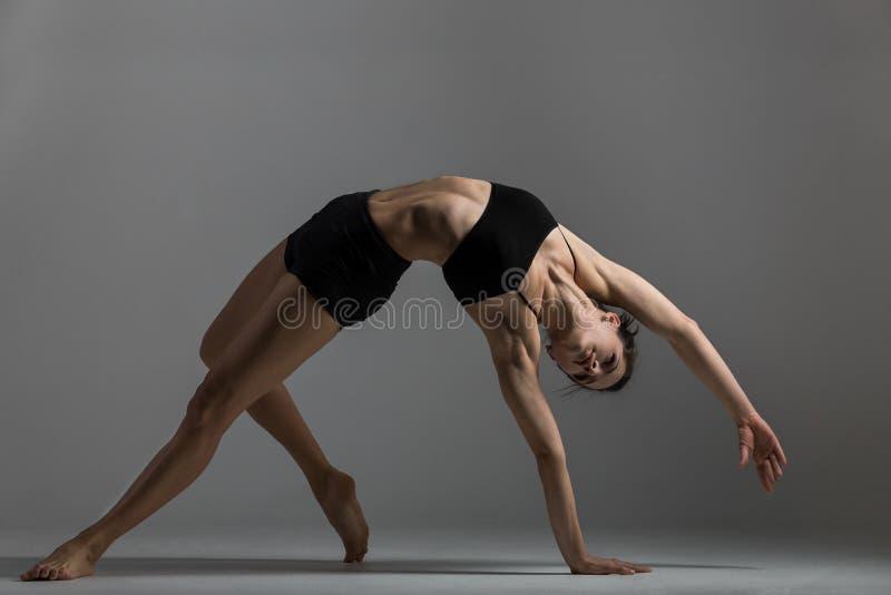Gimnastyczki dziewczyna wykonuje ćwiczenie obrazy royalty free