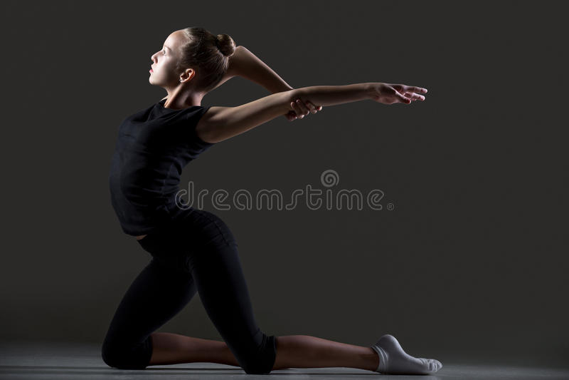 Gimnastyczki dziewczyny ćwiczyć obrazy stock