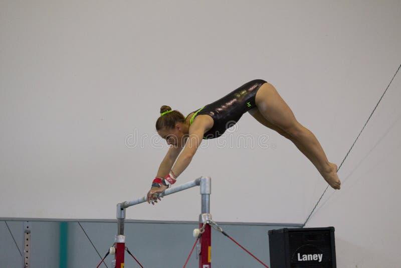 Gimnastyczki dziewczyny Równoległych barów Huśtać się fotografia stock