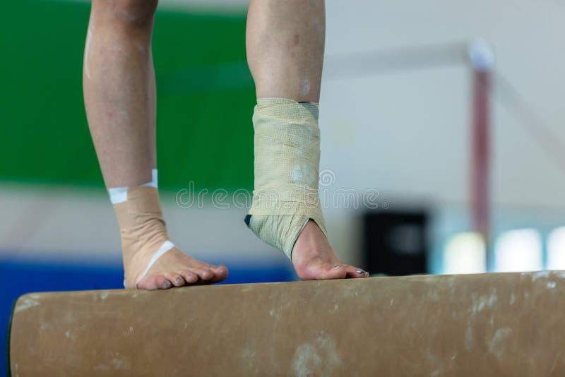 Gimnastyki dziewczyny promienia kostka Troczący zbliżenie obraz stock