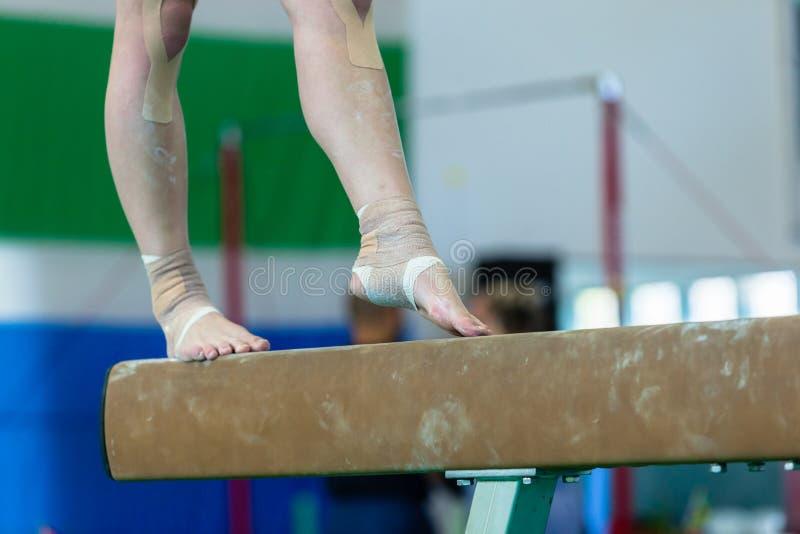 Gimnastyki dziewczyny promienia kostka Troczący zbliżenie fotografia royalty free
