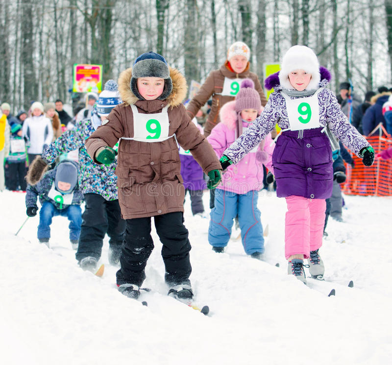 Gimnazjum ucznie współzawodniczyć w narciarstwie Narciarski Rosja zdjęcie stock