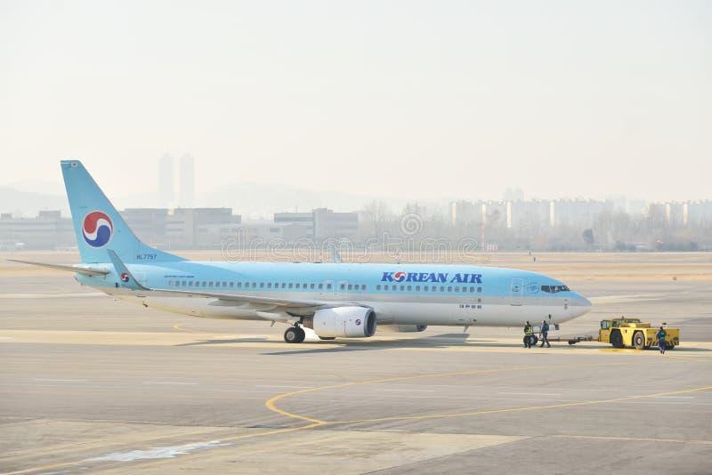 GIMPO, КОРЕЯ - 19-ОЕ ЯНВАРЯ 2014: самолет корейской авиакомпании на g стоковые фотографии rf
