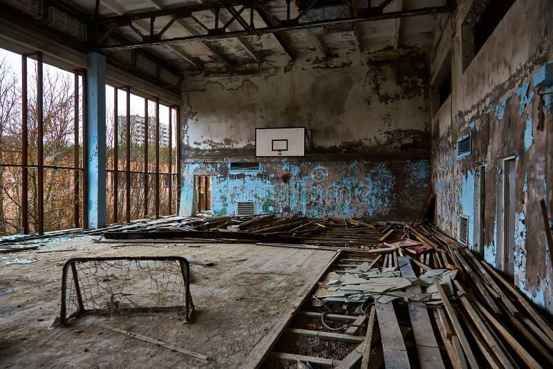Ginásio da escola na cidade de Pripyat em Ucrânia emptiness umidade Zona de exclus?o Atom5-01 (4) Casernas abandonadas do ex?rcit fotos de stock