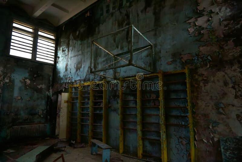 Ginásio da escola na cidade de Pripyat em Ucrânia emptiness umidade Zona de exclus?o Atom5-01 (4) Casernas abandonadas do ex?rcit imagem de stock royalty free