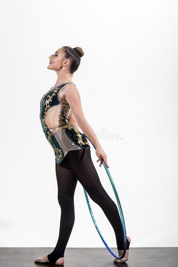 Ginástica da arte da menina com aro do hula ginástica da arte da menina com anel do esporte no fundo branco fotos de stock royalty free