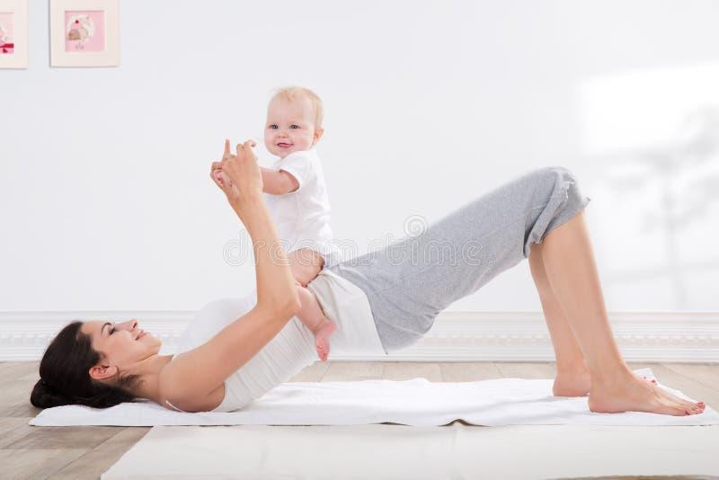 Ginástica da mãe e do bebê fotografia de stock