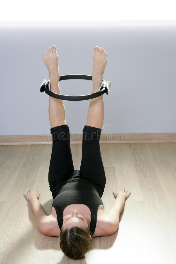 Ginástica mágica do esporte do aerobics da mulher do anel dos pilates fotos de stock