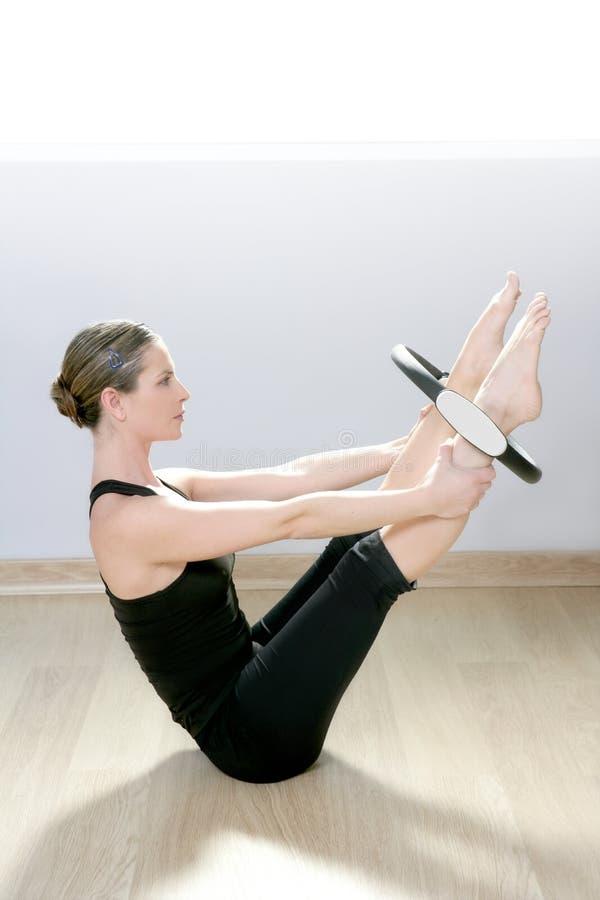 Ginástica mágica do esporte do aerobics da mulher do anel dos pilates imagem de stock