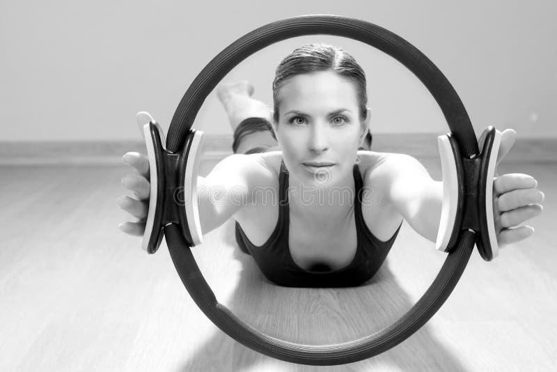 Ginástica mágica do esporte do aerobics da mulher do anel dos pilates fotografia de stock
