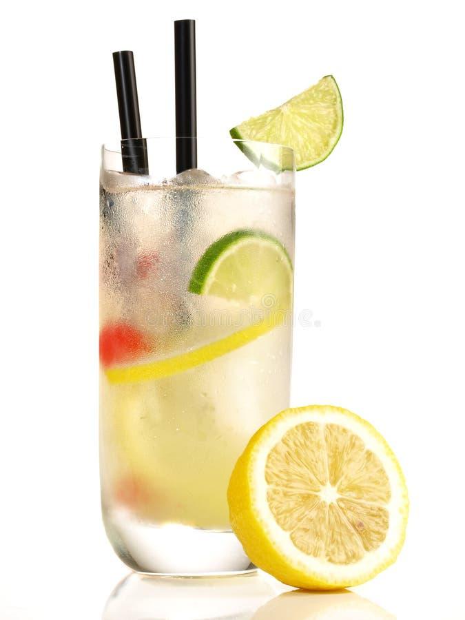 Gin Fizz Cocktail mit Zitrone auf weißem Hintergrund stockfotografie