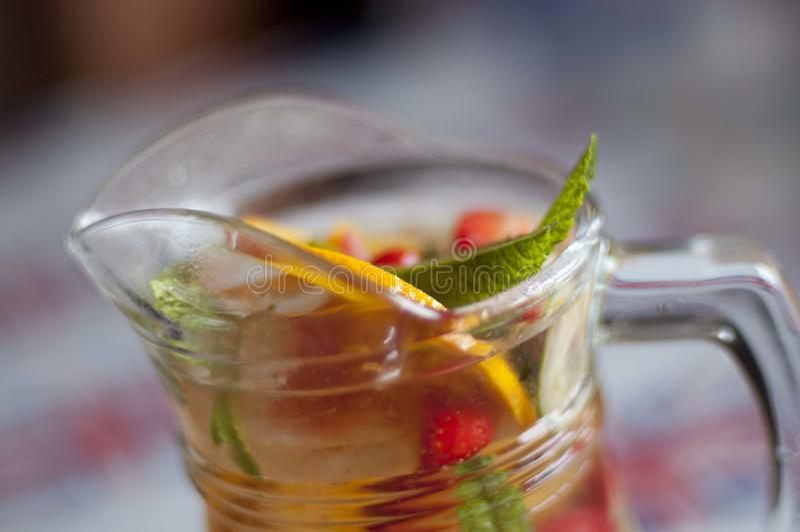 Gin- och fruktsommardrink arkivbilder
