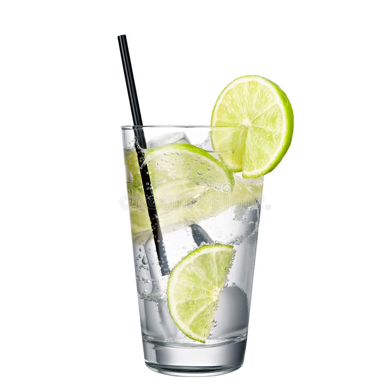 Gin och uppiggningsmedel med limefrukt som isoleras på vit bakgrund arkivfoton