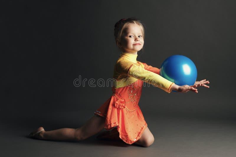 Ginasta bonita da menina com uma bola fotografia de stock