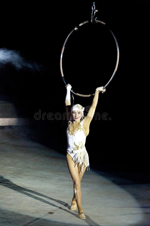 Ginasta da menina no circo E Circo do russo Uma ginasta sob a abóbada de um circo Ginasta aérea do circo Russi foto de stock