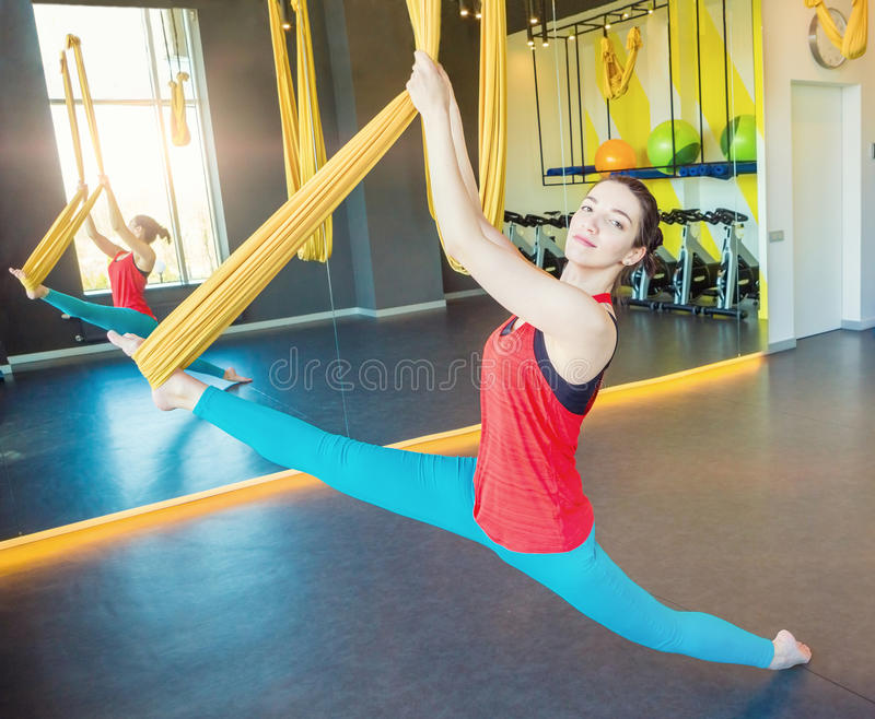 Ginasta da moça que faz esticando a separação no linho para a ioga de voo fotografia de stock royalty free