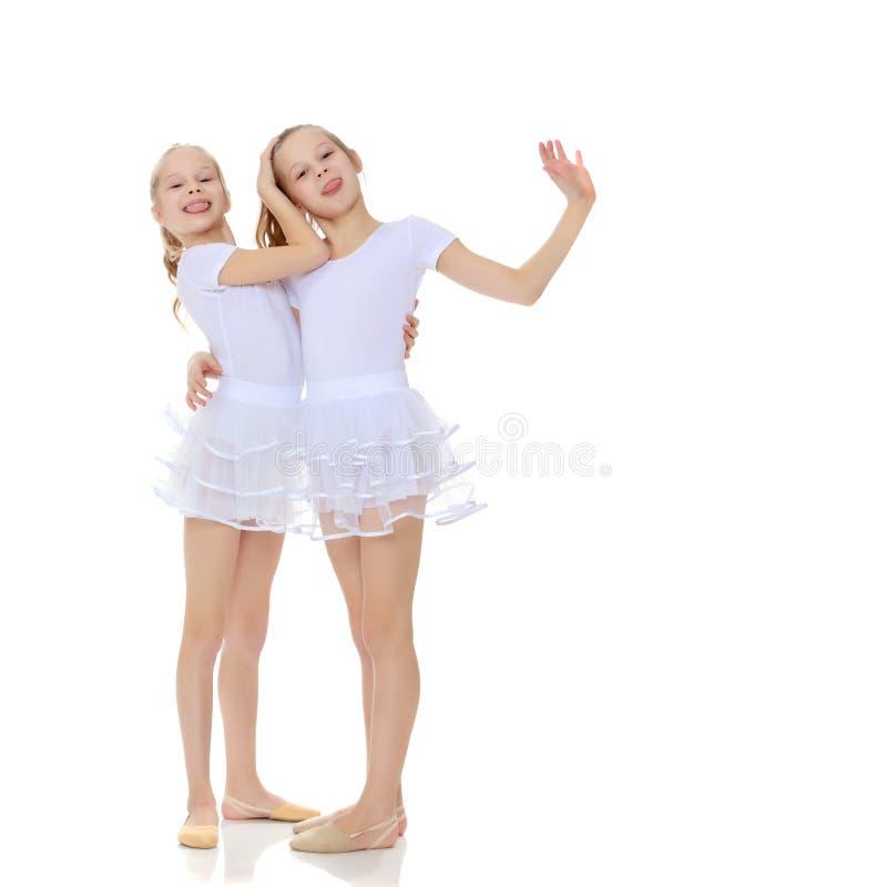 ginasta de 2 meninas nos ternos brancos imagem de stock royalty free