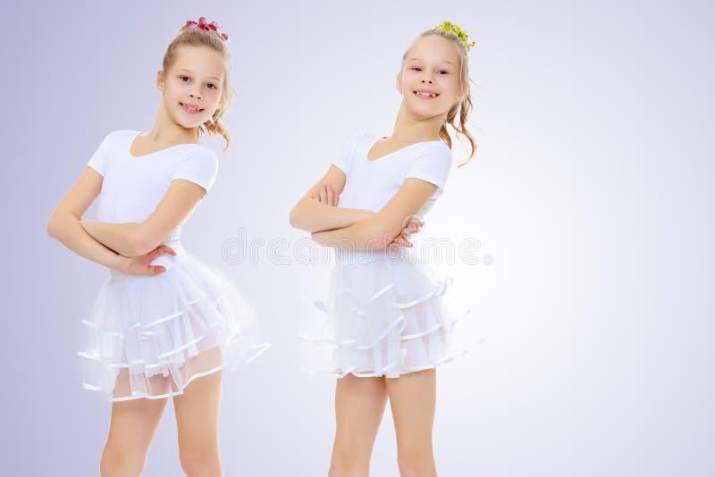 ginasta de 2 meninas nos ternos brancos foto de stock royalty free