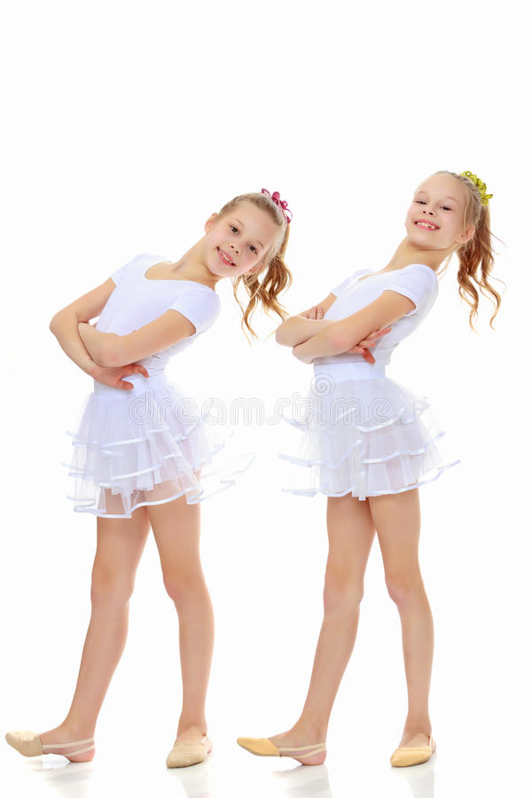 ginasta de 2 meninas nos ternos brancos imagens de stock royalty free