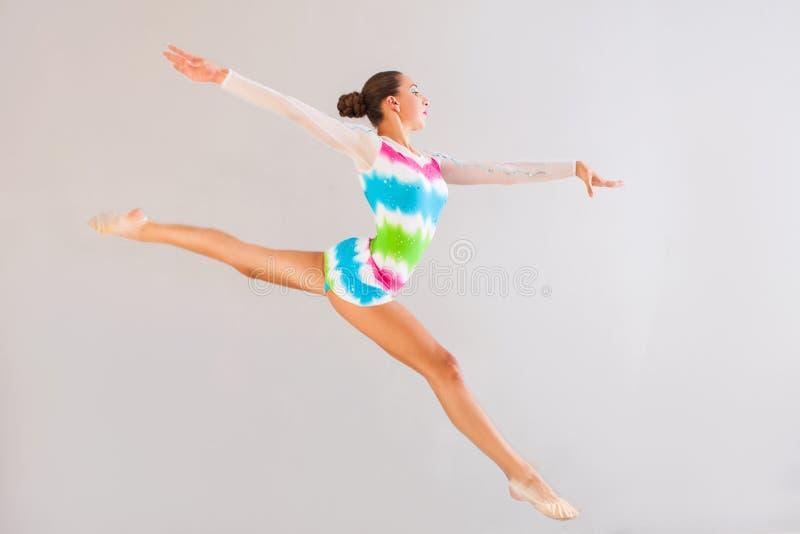A ginasta está saltando imagens de stock