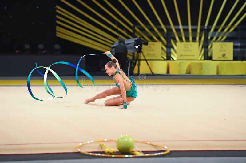 A ginasta executa na competição da ginástica rítmica fotografia de stock