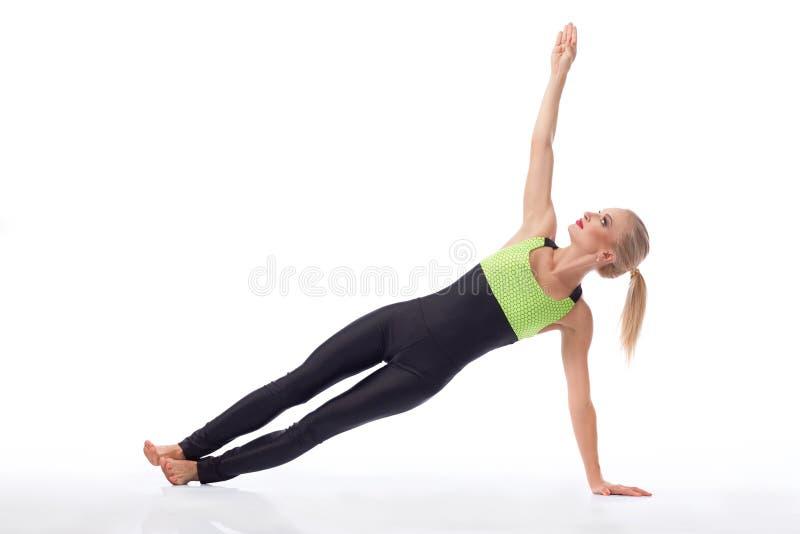 Ginasta fêmea atrativa que exercita no estúdio fotografia de stock