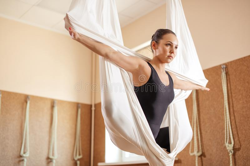Ginasta fêmea dotado com os braços esticados que fazem o exercício aéreo fotos de stock