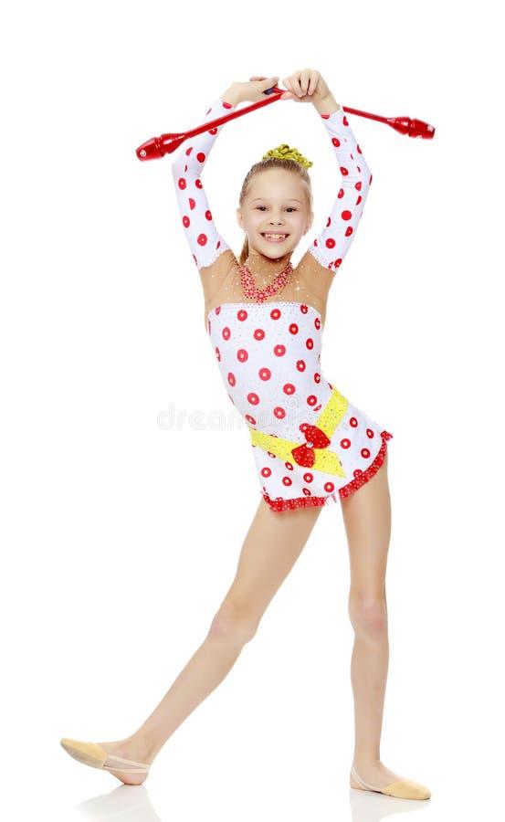A ginasta faz exercícios com uma bola foto de stock