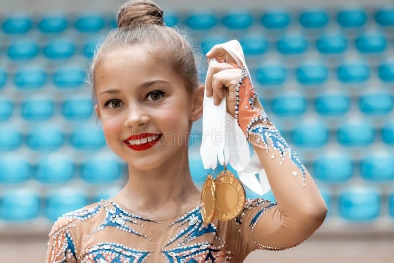 A ginasta feliz recebeu uma medalha de ouro imagem de stock