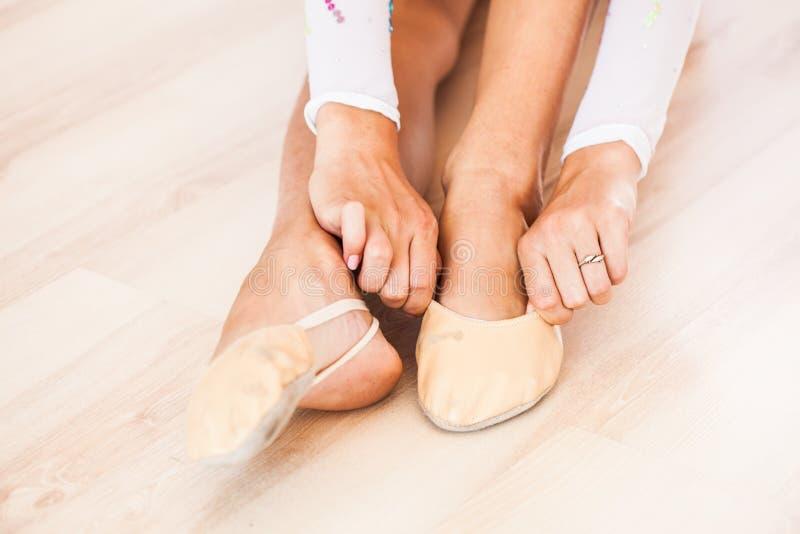 A ginasta prepara-se para exercícios fotos de stock royalty free
