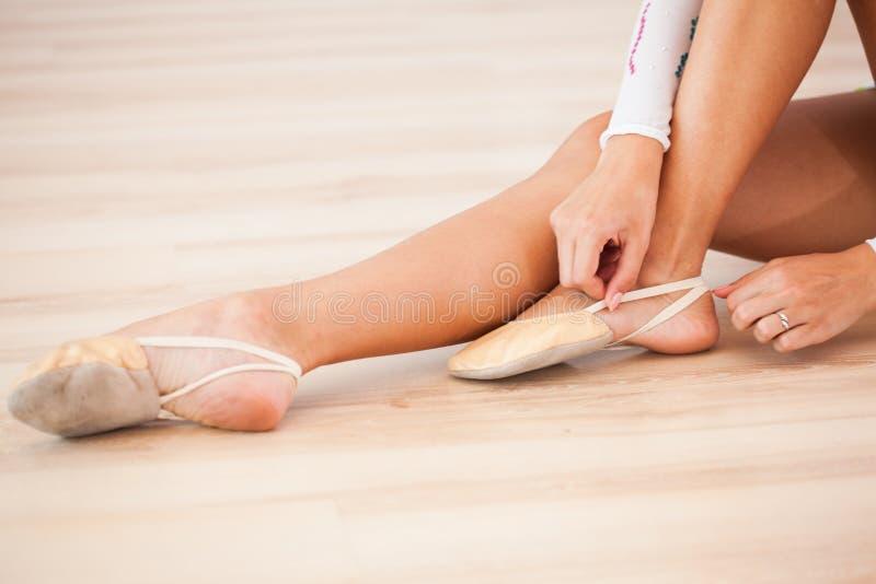 A ginasta prepara-se para exercícios imagem de stock royalty free