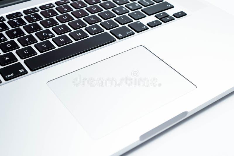 Ginebra/Suiza 09 09 18: Cierre de MacBook Pro del ordenador portátil del Apple Computer encima de la cartulina de la caja imágenes de archivo libres de regalías