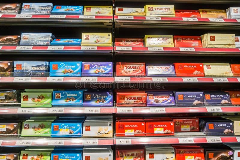 GINEBRA, SUIZA - 26 DE DICIEMBRE DE 2016: Estante de la barra de chocolate en el supermercado fotografía de archivo libre de regalías