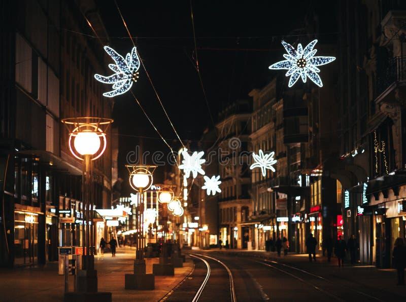 Ginebra, Suiza 31 de diciembre de 2017: Rue du Commerce, centro de la ciudad de Ginebra con la decoración ligera de la Navidad fotos de archivo
