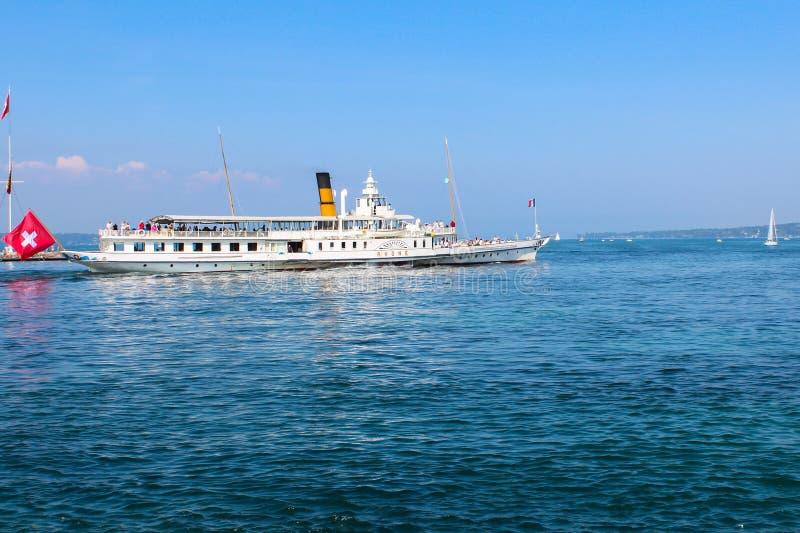 GINEBRA, SUIZA - 7 DE SEPTIEMBRE: Barco Rhone de la travesía en el lago Lemán (laca Leman) en Ginebra, Suiza foto de archivo