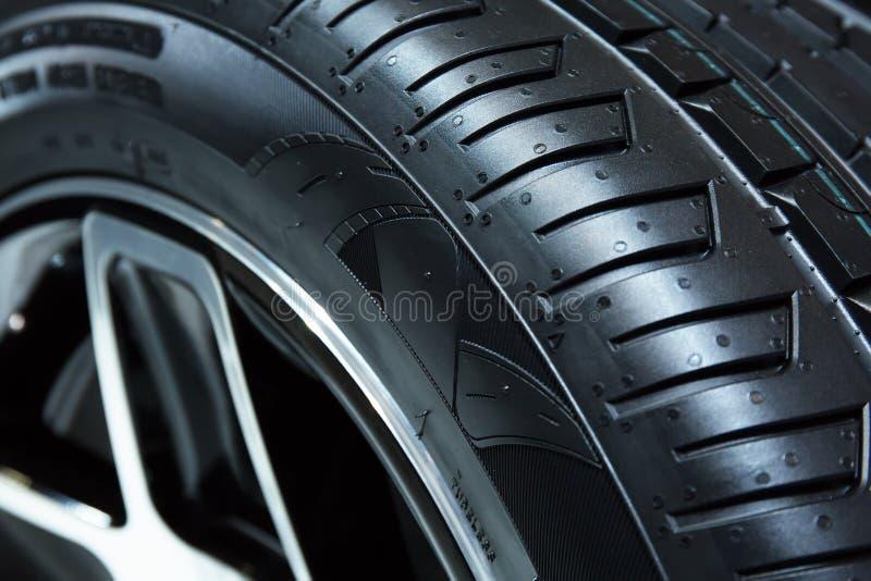 GINEBRA, SUIZA - marzo, 6ta, 2018: Neumáticos de la muestra en soporte de la exposición de Chelsea Truck Company en el 88.o motor fotografía de archivo libre de regalías
