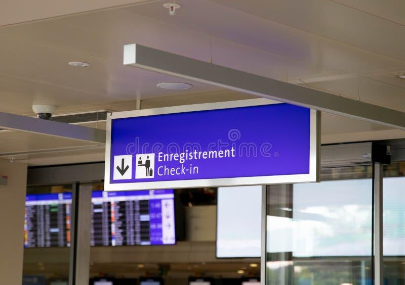 Ginebra/Switzerland-28 07 18: Aeropuerto de Ginebra del enregistramiento del número de la puerta del aeropuerto fotografía de archivo libre de regalías